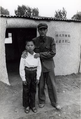 资料图片:解放军战士与被他救出的孤儿