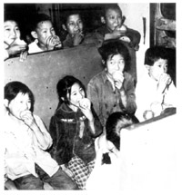 58名地震孤儿回校谢恩(组图)
