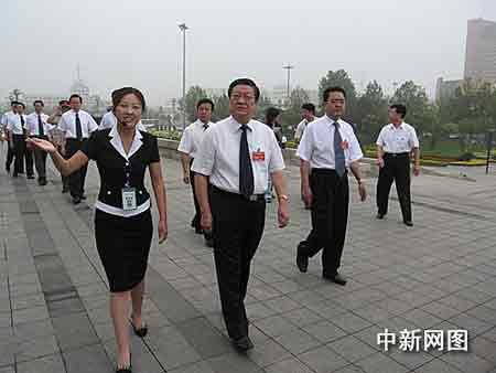 河北各界人士向唐山地震纪念碑敬献花篮