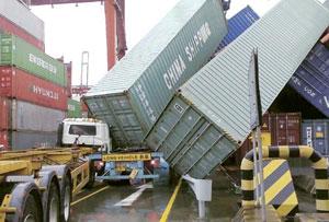 台风派比安袭港酿多宗意外吹塌18货柜砸2车