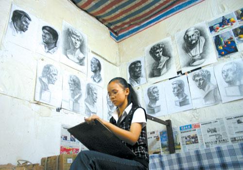 昨日,彭水民族中学,熊小熊在借宿画室中练习素描 记者 刘嵩 摄-川美