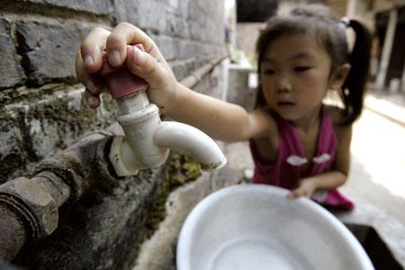 危房停水一周6龄童端水(图)