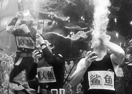 8米深的水下比赛喝啤酒,此举也是为刚开幕的第16届青岛国际啤酒节助兴