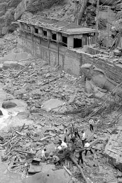 四川水电站蓄水池发生垮塌致7死6伤(组图)