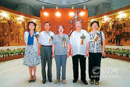 左起:孔东梅,周秉钧,李敏,刘铮,周秉钧夫人.本报记者阙道华摄