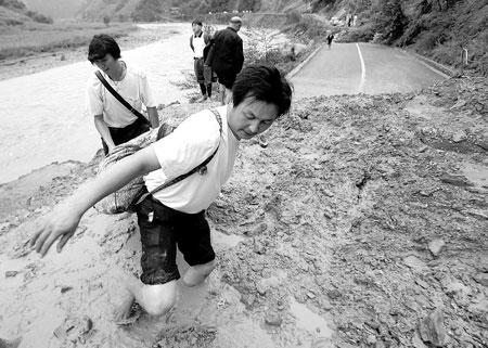 四川青川县遭遇洪灾灾民生活必需品告急(组图)