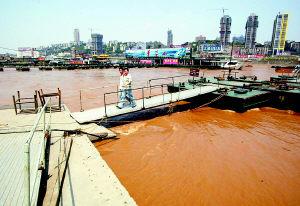 重庆:洪峰提前过境长江水位略涨