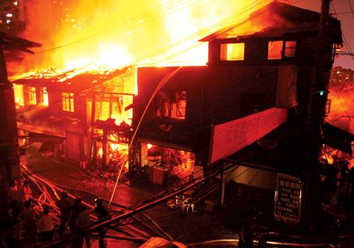 组图:万名百姓与救火牺牲民警惜别