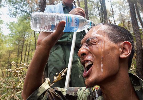 组图:退下火线的战士用水淋头降温