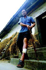 为村民送水路上受伤社长留下500米血印(图)