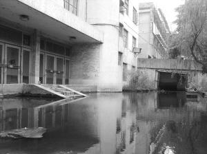 周围地势低洼,一幢5层楼房泡在1米深的水中,导致楼内的居民进出