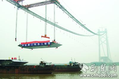 ...在武汉阳逻长江大桥上.至此,阳逻大桥正式转为桥面施工.