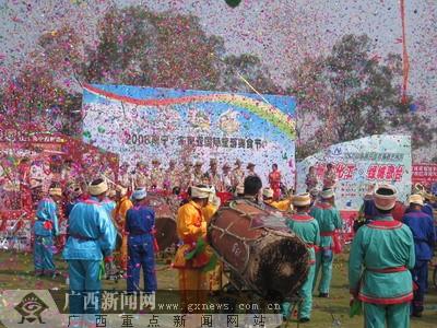 南宁青秀山风景区内热闹非凡,由南宁市国际民歌艺术节组委会和广西