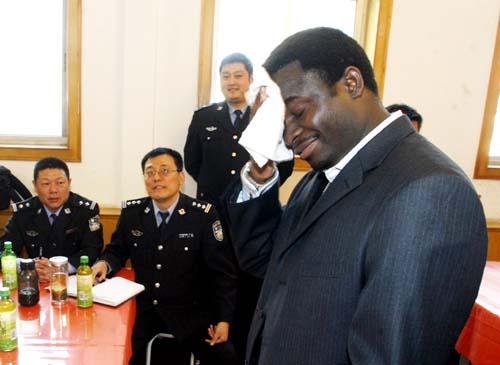 非洲学生给交警上礼仪课