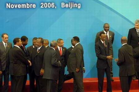 图文:与会的各国领导人在合影后相互道别