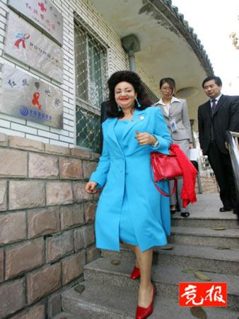 喀麦隆总统夫人探访艾滋病患者