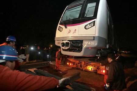 北京市首次使用汽车运输地铁车厢(组图)