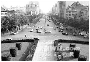 整洁的街道环境倾注着城管人员辛勤的汗水.-城市管理 为市民创造和