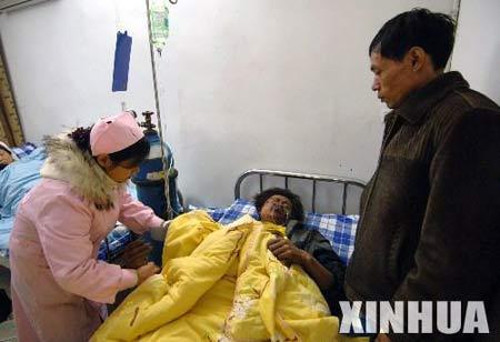 重庆超载客车翻车9人死亡35人受伤(组图)