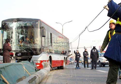 48路公交车撞断路灯杆
