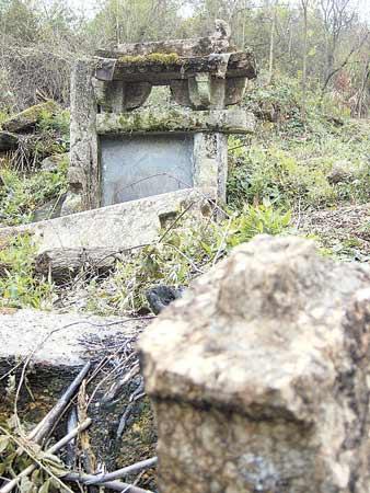 墓碑的隼卯结构也是较晚时期才出现