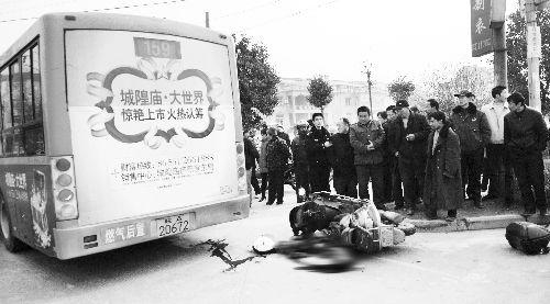 公交车与摩托车相撞一男子不幸当场身亡(图)
