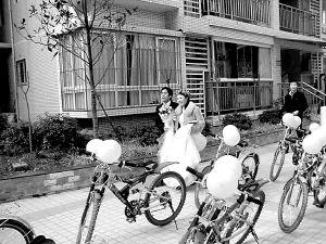 """装饰一新的""""婚车""""已经备好,只待新郎新娘赶到出发.本报记者裘晋"""