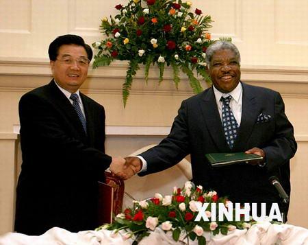 胡锦涛同赞比亚总统姆瓦纳瓦萨会谈(图)