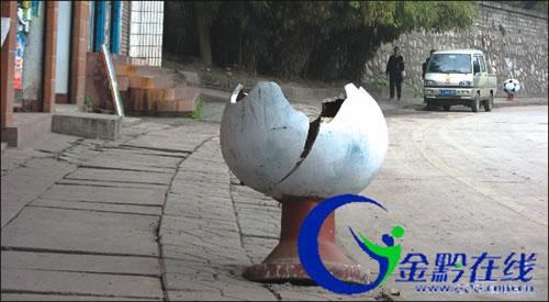 都匀——爆竹炸坏170个垃圾桶