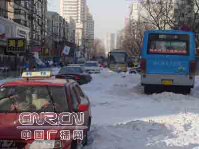 组图:暴风雪给沈阳市民出行带来困难