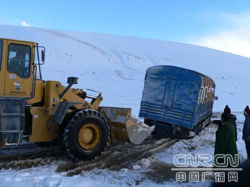武警交通部队暴风雪中救出38名被困群众图片