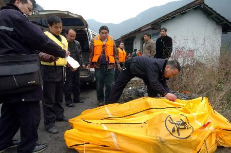 陕西汉中客车坠入水库22人死亡(组图)