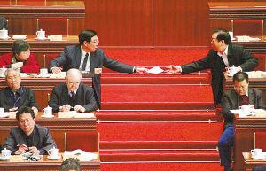 图文:两位委员传递纸条交流信息