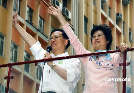 组图:曾荫权团队在香港巡游感谢市民支持
