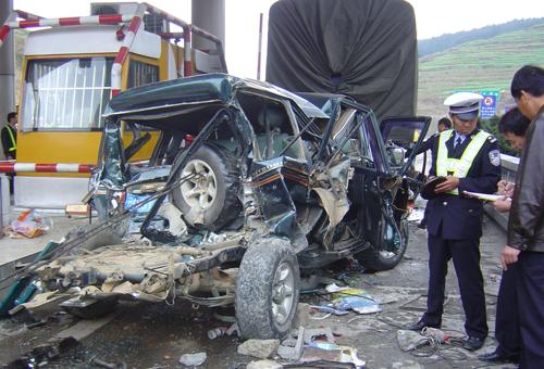 大保公路发生四车连环相撞事故造成2死7伤
