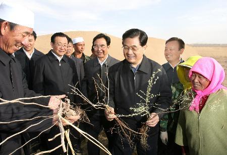 胡锦涛在宁夏考察强调帮助贫困群众进入小康