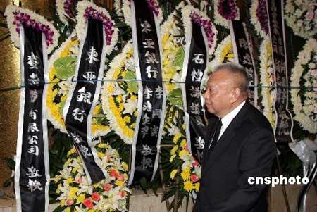 李嘉诚等到香港殡仪馆向龚如心致祭(组图)