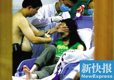 广州动物园大树倾倒砸中游客11人受伤(图)