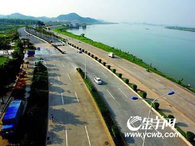 滨江大道北起鹤山市大雁山,与九江大桥和国道g325线和佛开高速公路
