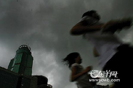 广州遭暴雨袭城白昼如夜(组图)