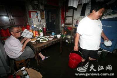 南昌遭暴雨袭击1人死亡60栋民房垮塌(组图)