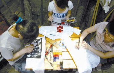 27名学生手绘t恤救老师