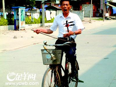 骑着单车吹拉弹唱图片