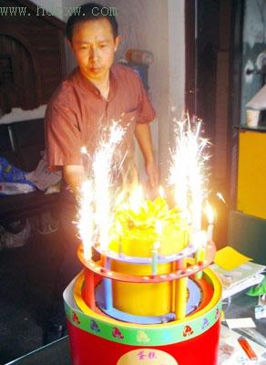 这生日蛋糕外包装好特别蜡烛烟花全靠声控点燃