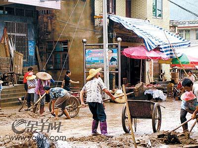 广东洪灾致公路塌方修复缓慢村民被困山中(图)