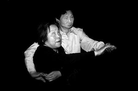 图文:两位盲人在跳舞