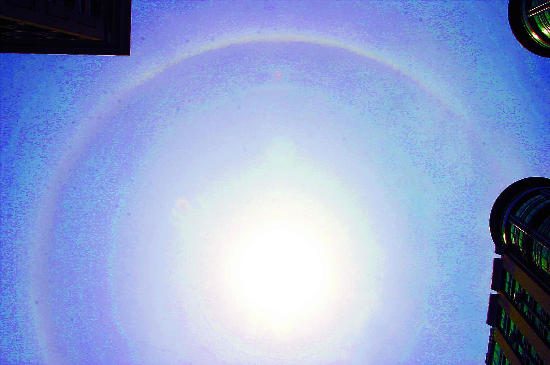 断观察。由于昨天恰逢父亲节,有市民幽默地说:宇宙也过起了父亲节,将太阳打扮得这般靓丽。   记者拨打了北京市气象台专家热线,值班专家介绍说,这种现象叫做晕圈,出现在太阳周围称之为日晕,出现在月亮周围则称之为月晕。至于昨天的晕圈为何特别大,专家解释说,这种现象其实是阳光透过由冰晶构成的卷层云折射出各种颜色的光线形成的。具体来说,如果冰晶是横着下降的,阳光从冰晶的侧面进出,出现的晕圈较小;如果冰晶竖着下降,光线从侧面进底面出,就会出现较大的晕圈。   专家表示,这种现象在民间也称之为