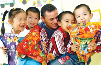 在该园上学的四胞胎丰钦雪钦瑞钦和年钦特地将亲手制作的手工贴花