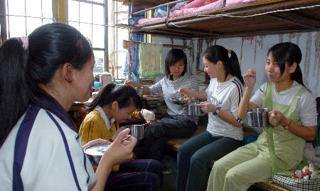 图文:建瓯三中几位寄宿考生在宿舍吃午餐