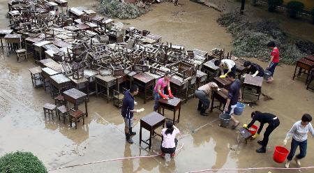 图文:建瓯三中考点加紧清洗被浸泡过的桌椅